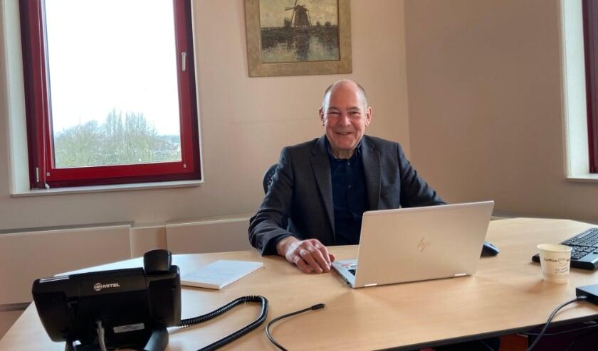 <p>Wethouder van o.a. economische zaken Karl Maier zit klaar om digitaal koffie te drinken met inwoners/ondernemers. (foto: Arno voor de Poorte)&nbsp;</p>