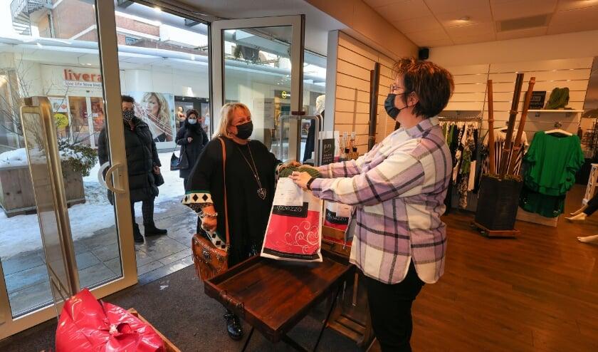<p>Tessa van Lieshout van Modezaak Modezza: &quot;Door &#39;click & collect&#39; verkopen we niets extra.&rdquo; FOTO: Bert Jansen.</p>