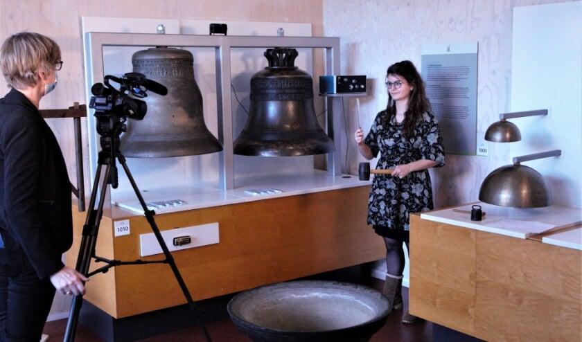 <p>Impressie filmopname, in dit geval met Demi Sidiropoulos die vertelt over klokken en stemvorken.</p>