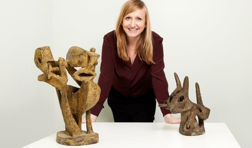 <p>Directeur Anne de Haij met de twee aangekochte beeldjes van Lotti van der Gaag. (Foto:: Aad Hoogendoorn)</p>