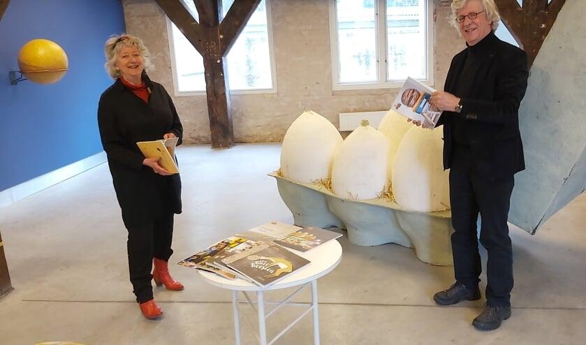 <p>Marja Geerse en Bram de Muijnck tussen kunstwerken van Kasper De Vos. FOTO: Theo Rietveld</p>