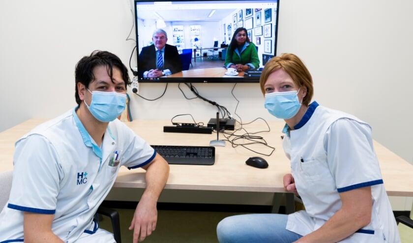 <p>Gesprek van burgemeester Jan van Zanen en wethouder Kavita Parbhudayal met verpleegkundigen van het HMC Westeinde.&nbsp;</p>