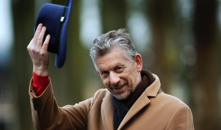 <p>Burgemeester De Boer stond bekend om de vele schoenen die hij heeft en ook om zijn markante hoed.</p>