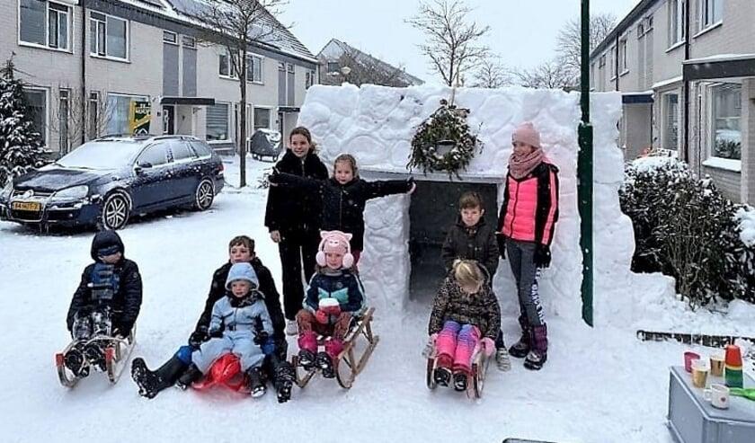 <p>De kinderen van de Egellaan staan voor de sneeuwhut</p>