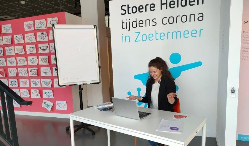 <p>Laura Hurkxkens geeft online training over erfgoedles geven. Foto:Museum de Voorde</p>
