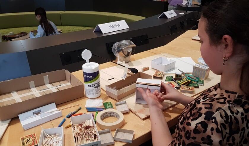 <p>Jamina Bourtrid maakt in de raadszaal van Tiel, het als de andere kinderraadsleden, een ontwerp voor de toekomstige Zadenbibliotheek (foto: Gert de Graaff)</p>