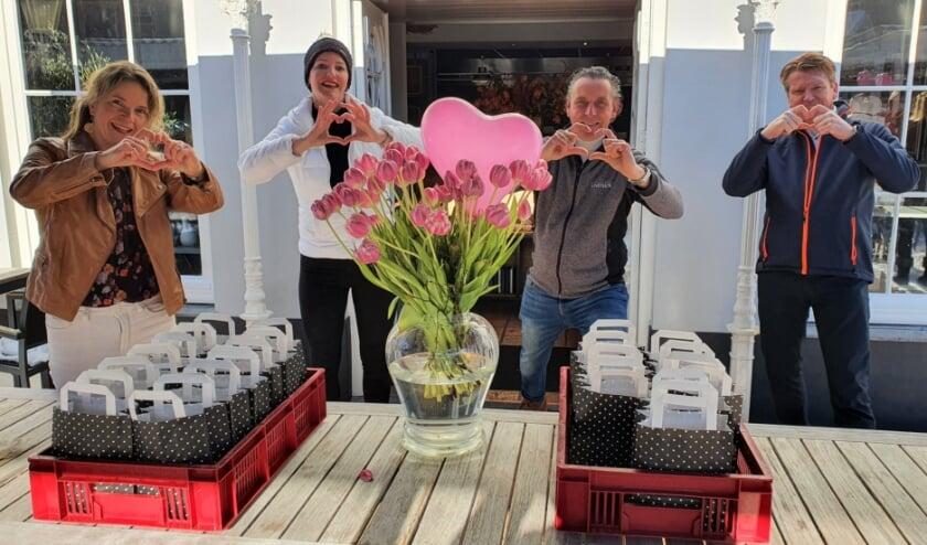 Roelie van den Bosch en Rianne Kranendonk van Goed voor Elkaar, Paul Roorda van Résidence Rhenen en Gerard Zomers van Rotaryclub Veenendaal Regio.