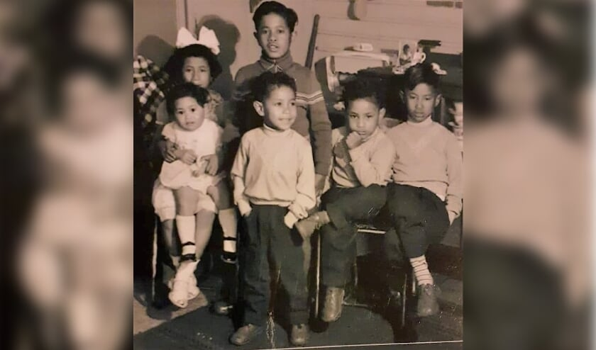<p>De kinderen Sarkol in hun barak in Westelbeers, ca. 1957. Er zouden nog 9 kinderen meer geboren worden. Tweede van rechts is Jos Sarkol.</p>