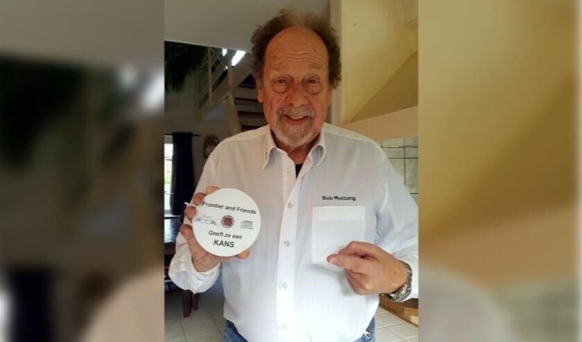 <p>Bob Mustang presenteert de cd &lsquo;Frontier and Friends geeft ze een kans&#39; en helpt daarmee Schiedamse artiesten. (Foto: Anneke van Vliet)</p>