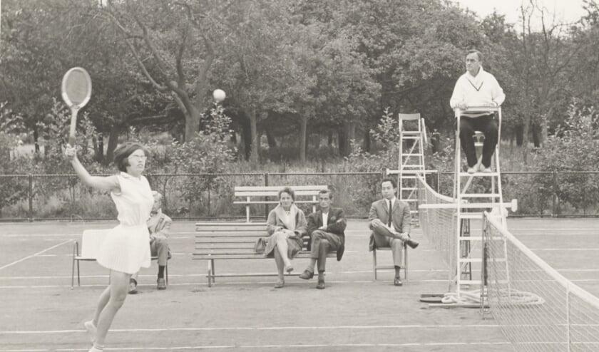 <p>Competitiewedstrijd op de Bongerd, vermoedelijk rond 1970. Witte tenniskleding was nog verplicht. Foto: Collectie Gemeentearchief Wageningen, fotograaf onbekend.</p>