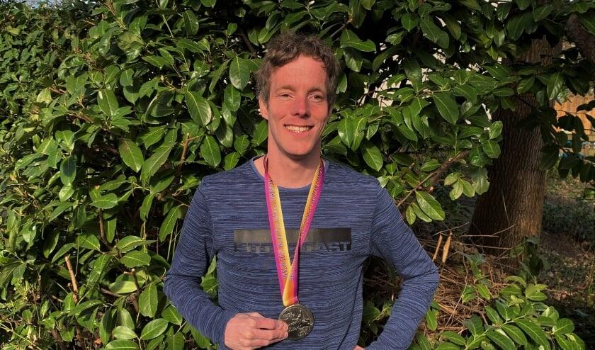 Para-atleet Gert-Jan Schep met de zilveren EK-medaille, die hem nog dagelijks motiveert om door te gaan met topsport.