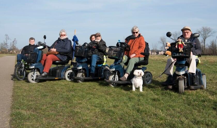 <p>Peter van den Broek (rechts) gaat graag op pad. Nu wordt hij vergezeld door (vrnl) Carolien, Hans, Baukje, Hanny en Wim.</p>