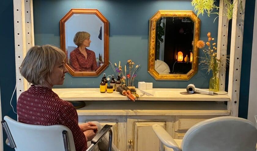 <p>Aukje de Boer van Puur Haar in de kappersstoel (foto: Frans Nijwening)</p>