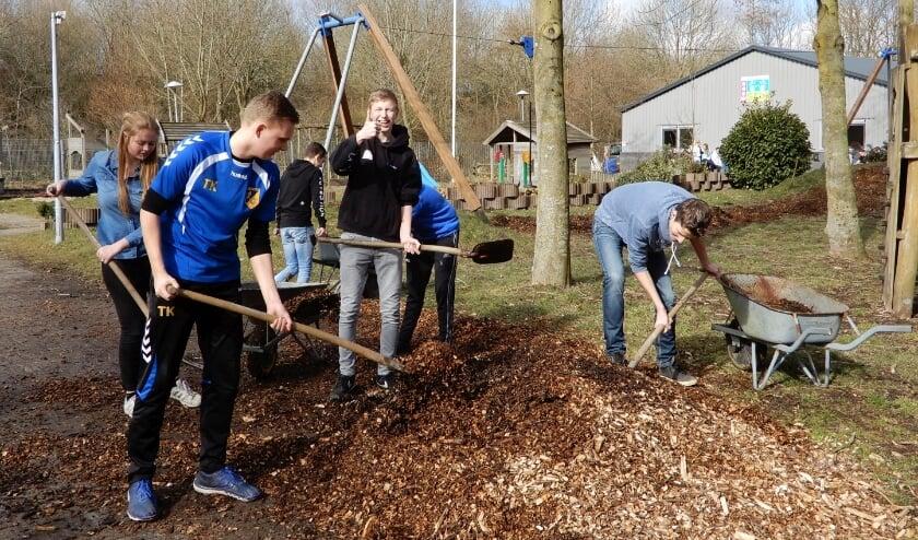 <p>Leerlingen van het Horeca &amp; Toerisme College, hier aan de slag bij bouwspeeltuin Bouwgein, doen ook dit jaar mee met NLdoet. Foto: Karin Beenen</p>