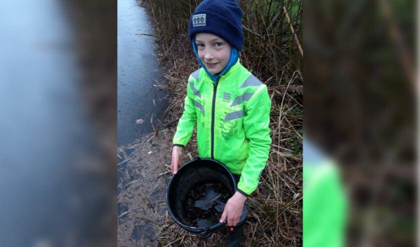<p>De elfjarige Gijs is vrijwiliger bij de paddenoverzetgroep Holten.</p>