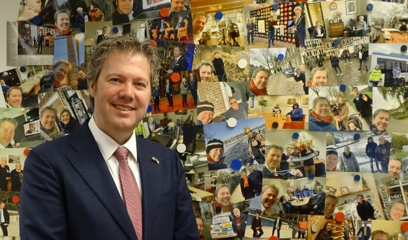 """<p>Danny de Vries voor de collage van alle selfies met inwoners, gemaakt in de eerste 100 dagen van zijn burgemeesterschap. <span class=""""Fotocredit"""" cstyle=""""Fotocredit"""" style=""""color: rgb(0, 0, 0);"""">Foto: Margreet Nagtegaal</span></p>"""