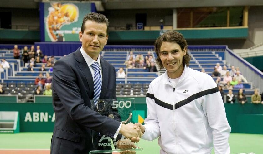 <p>In 2009 was Rafael Nadal voor het laatst in Ahoy. Hij verloor de finale en kreeg zijn prijs uit handen van Richard Krajicek. (Foto: Henk Koster)</p>