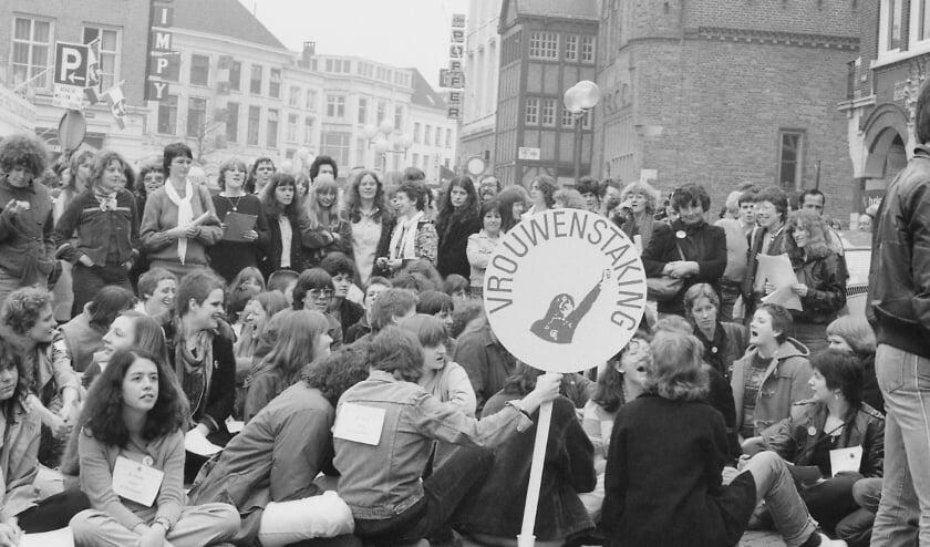 <p>De Vrouwenstaking op 30 maart 1981. Voeg ook je eigen herinneringen toe op www.bhic.nl/rebellerende-vrouwen.</p>