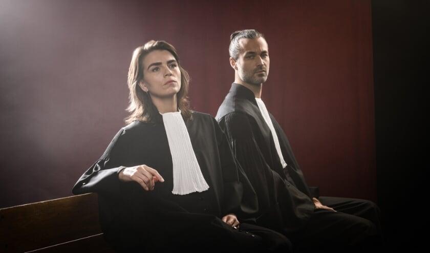 <p>Louise Korthals en Jan Kooijman spelen in de spannende online rechtszaak de officier van Justitie en de advocaat van de verdacht. (Foto: Annemieke van der Togt)</p>