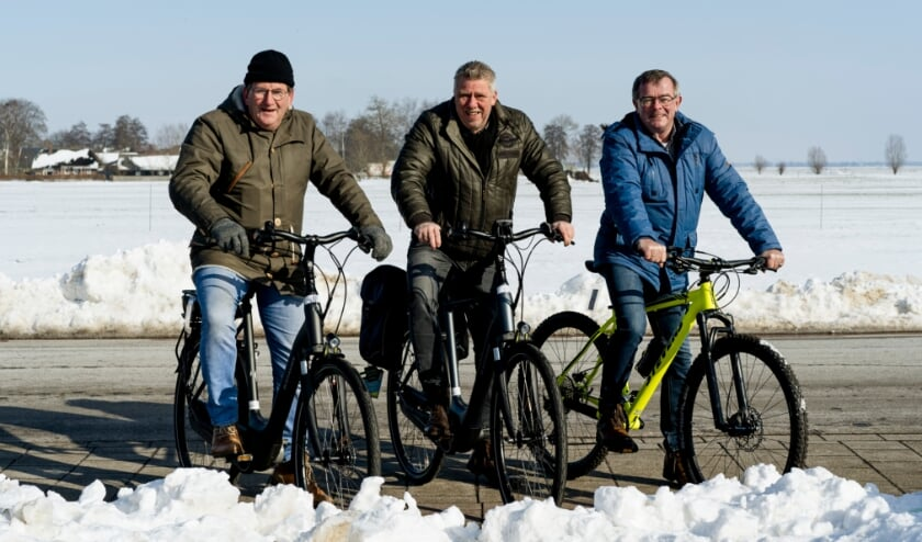 <p>Nanne Schoonhoven, Henk van Os en Gerrit Jan Veldhoen (v.l.n.r.) laten Oosterwolde niet in de kou staan.</p>