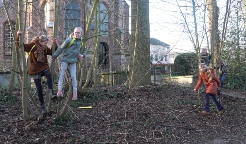 <p>Met de spellen van de buurtsportcoaches van Welzijn Bommelerwaard kunnen de kinderen gezellig buiten met hun klasgenootjes spelen. Volgende week gaan ze verstoppertje spelen!</p>