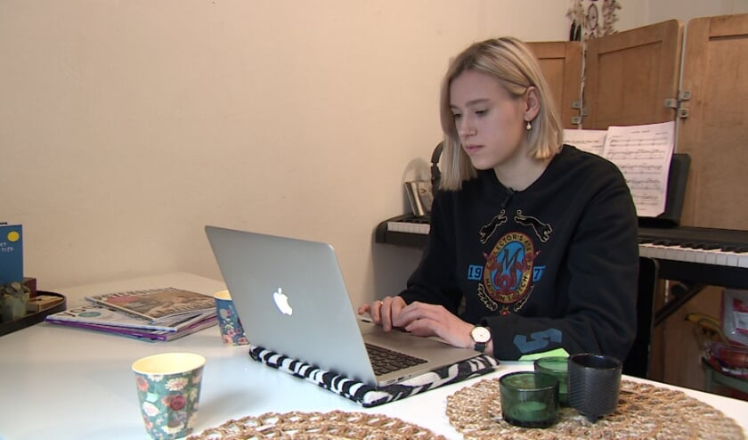 <p>&nbsp;Lisa studeert thuis.</p>