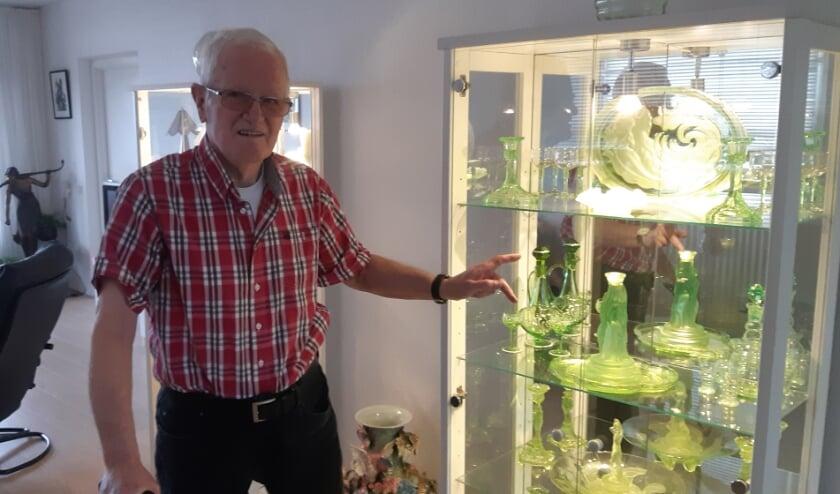<p>Hennie de Man voor zijn fraaie verzameling uranium glas: &quot;Ik ben niet politiek gebonden, dat scheelt. Ik kan dus vrijuit spreken.&quot;</p>