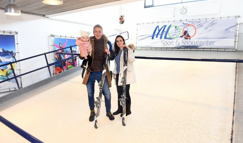 <p>Marco Leeneman en Lieke Dielissen met dochtertje Meghan op de skibaan van hun indoor skicentrum in Doetinchem. (foto Roel Kleinpenning)</p>