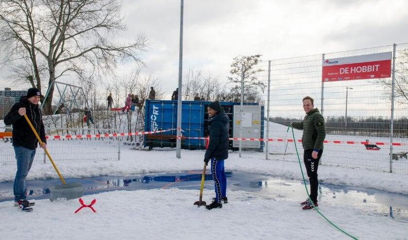 <p>Sportcoach Frank probeert samen met de stagiaires Hayelom en Sil een ijsbaan te maken op De Hobbit.</p>