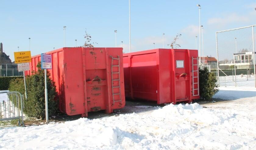 <p>De bewuste containers op de parkeerplaats bij de voetbalvelden.</p>