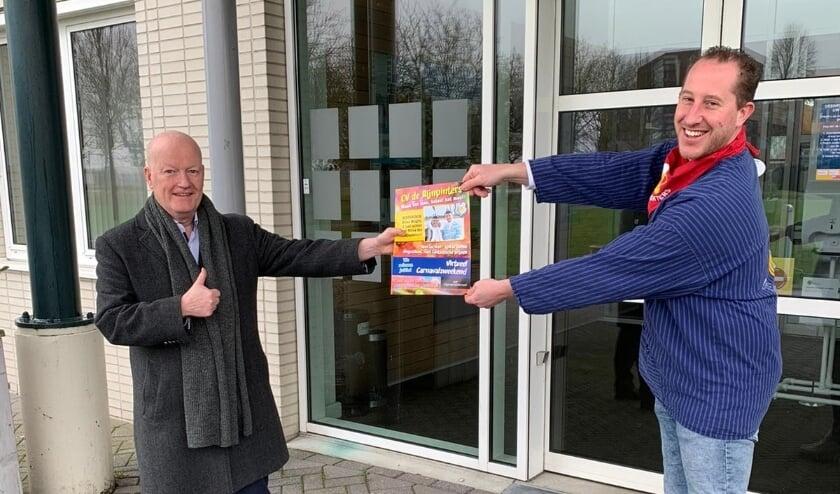 <p>Burgemeester Van Bennekom kreeg de eerste krant.</p>