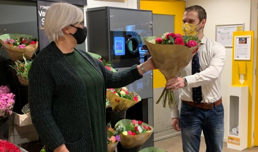 <p>Annelies Kastein, directeur Eet Mee, ontving uit handen van filiaalmanager Raymon van Hal van Jumbo De Gaarde een prachtig bedrag in de statiegeldactie &eacute;n bloemen. Eigen foto</p>