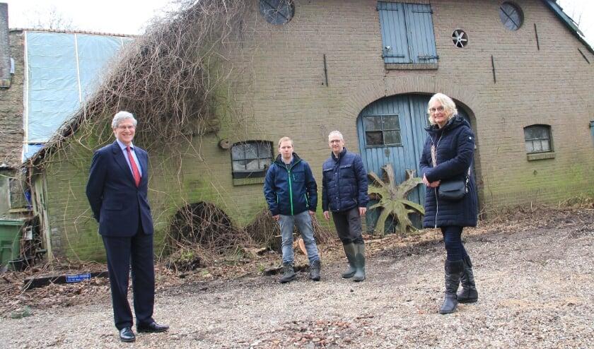 <p>Rob van de Beeten (links) bij de vervallen boerderij 't Hoge Veld, samen met andere betrokkenen Gijs en Hans Kleinrouweler en Anny Verstegen.</p>