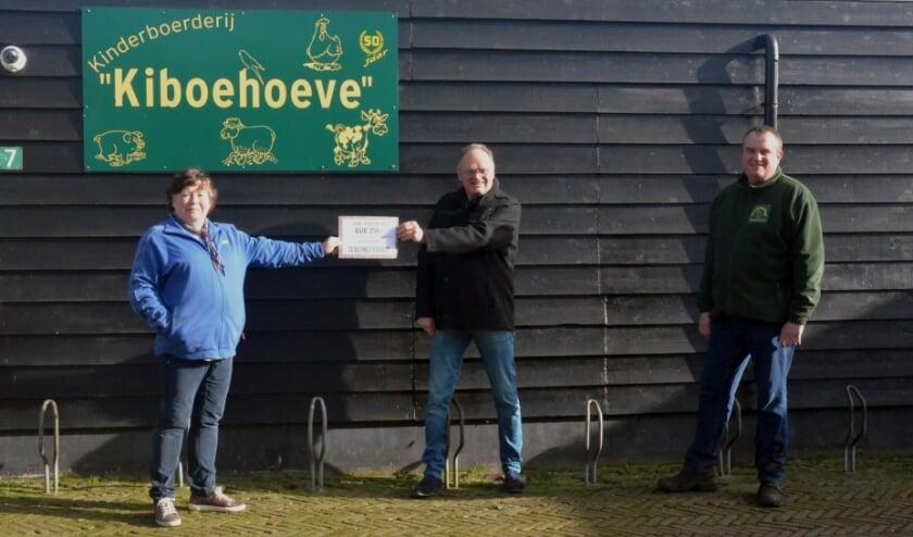 <p>Afgelopen zaterdag heeft Scouting Panoord een cheque van 250 euro overhandigd aan de Kiboe-hoeve. Dit is een deel van de opbrengst van de Kerstloterij die Scouting Panoord jaarlijks organiseert. (Foto: pr)</p>