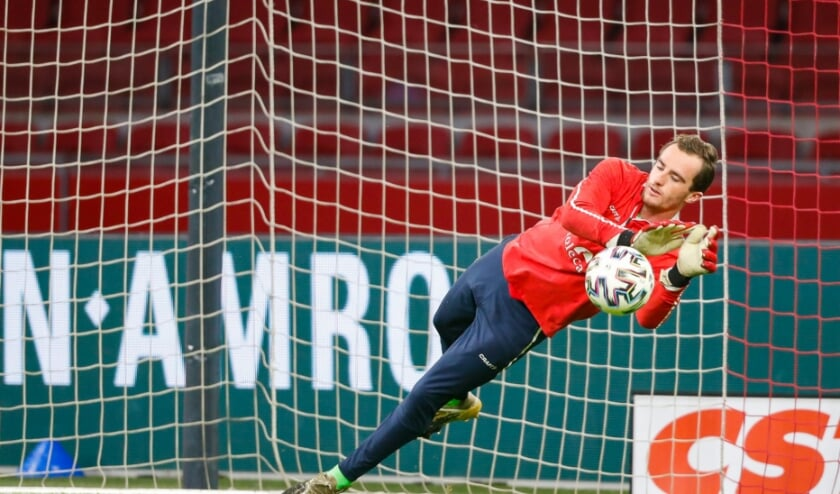 <p>Xavier Mous bereidt zich voor op een wedstrijd. Sinds een maand is hij weer eerste doelman.&nbsp;</p>