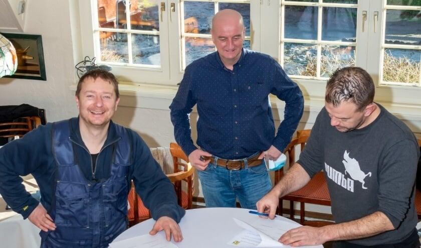 <p>Heren van de Vossenberg tekenen contract met de Voorzitter van SV Wissel.</p>