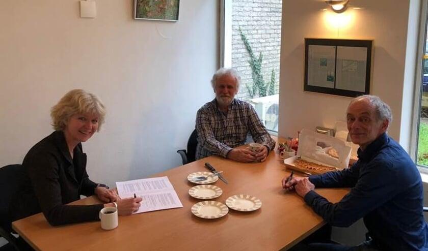 <p>Ondertekening overname met van links naar rechts: dr. Margreet ter Steege (ATKB), ir. Pieter Reijbroek (DGR) en ir. Philip Raaijmakers (DGR)</p>