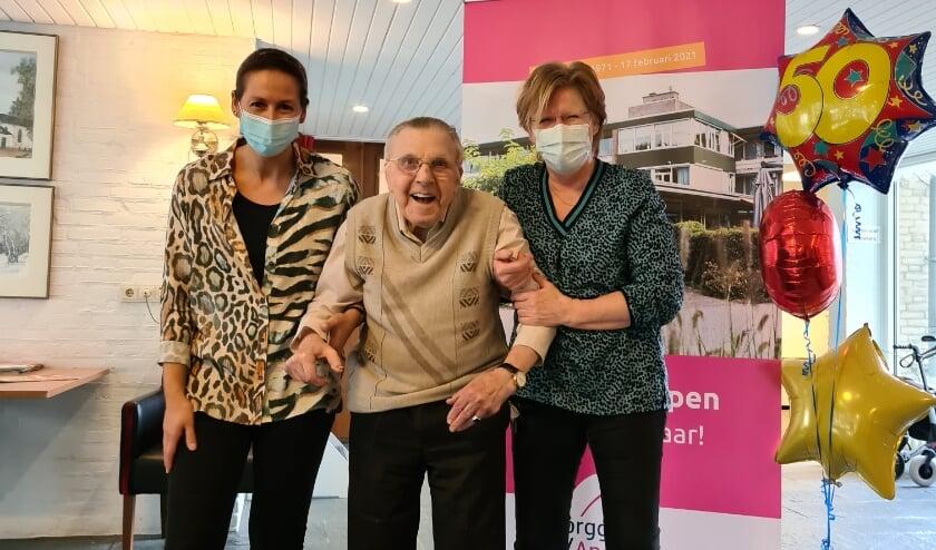<p><br><br><br>Dhr. Goedkoop (de langst wonende bewoner -18 jaar- bij de Vier Dorpen) met medewerksters Delicya Meyer (werkt er 31 jaar) en Coby Holdijk (werkt er 30 jaar).</p>