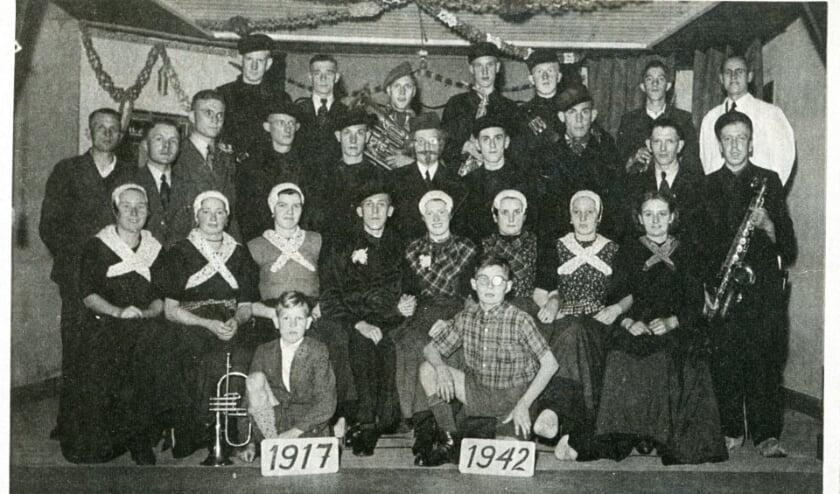 Een foto van de Veluwsche Boerendansers uit Wapenveld gemaakt bij het 25-jarig jubileum.