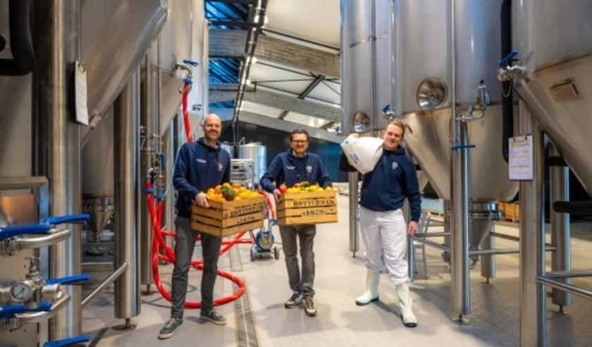 <p>Salesdirecteur Alexander Bruring, directeur en initiatiefnemer Harm van Deuren en meesterbrouwer Wesley Aarse starten met brouwen in de Stadshaven Brouwerij. (Foto: Arnaud Roelofsz)</p>