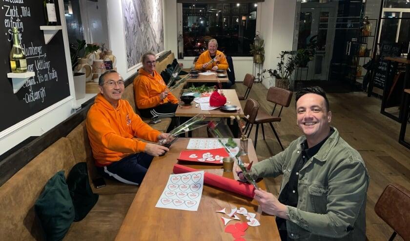 <p>&nbsp;Team KiKa Nieuwegein zorgt voor de rozen en de hartjes.&nbsp; Eigen foto</p>