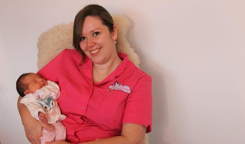 <p>Een stralende Alicia met de pasgeboren Janne. Eind 2020 is ze gestart met haar eigen bedrijf Kraamzorg Ciconia (latijn voor ooievaar). &ldquo;Mensen mogen eerst kennismaken, want een goede klik is heel belangrijk&rdquo; </p>