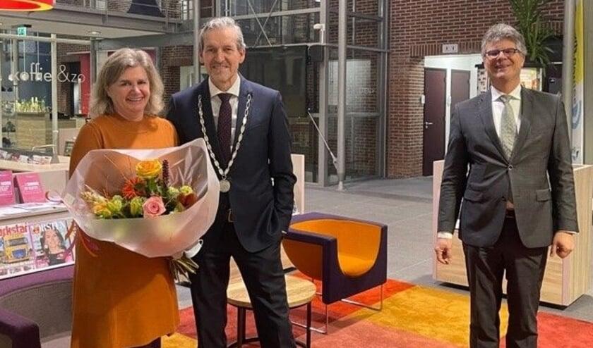 <p>Burgemeester Hans van der Pas met zijn vrouw. Rechts Commissaris Hans Oosters. (Foto: Gemeente Rhenen)</p>