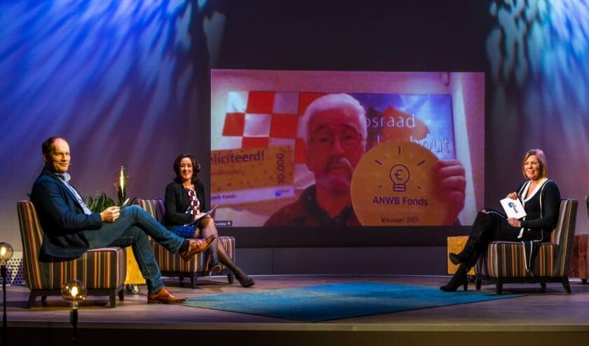 <p>Vlnr Peter Sieuwers, Annemarie Gerards en Marga de Jager. Op het scherm Huub de Wit.</p>