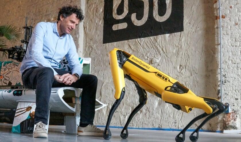 <p>Arend van der Sluis, de ondernemer achter Tembo en een van de initiatiefnemers van Perron038, met robothond Spot. </p>