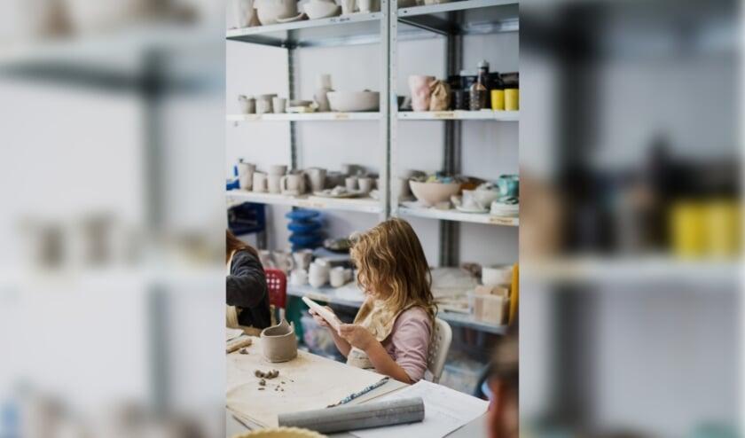 <p>Leren gebeurt niet altijd onder het dak van de school. Ook in bijvoorbeeld een keramiekwerkplaats kunnen aan belangrijke vaardigheden gewerkt worden.&nbsp;</p>
