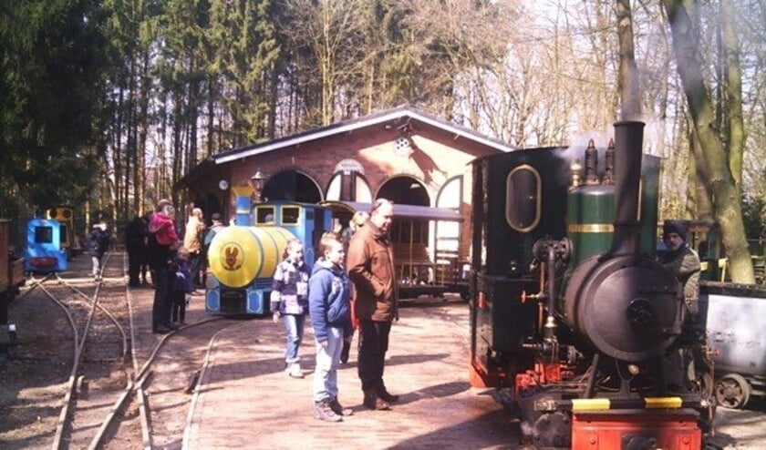 <p>Bezoekers bewonderen een treintje&nbsp; op het terrein van Leemspoor Rijssen</p>