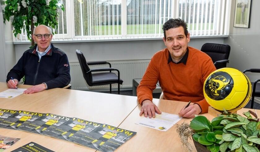 Lammert Vlieger (l) en John Franken ondertekenen de nieuwe wedstrijdsponsorovereenkomst.