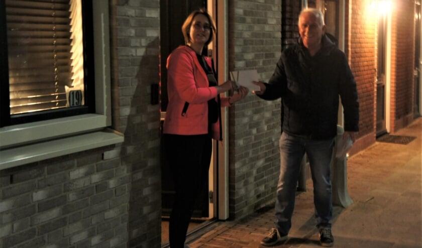 <p>Adri de Groot overhandigt de informatie aan een nieuwe bewoner. </p>