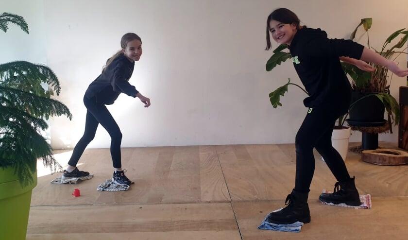 <p>Leerlingen van basisschool de Groene Vallei schaatsen op theedoeken voor de opdracht schaatsen van de Winter Thuis Spelen. Basisscholen in de Valleiregio zijn erg enthousiast over de wedstrijd van de vakdocenten van Gymonderwijs de Vallei. De school won de wedstrijd. Foto: Groene Vallei</p>